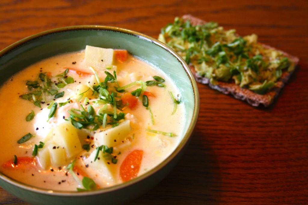 Thaisoppa med ägg & ärtskott