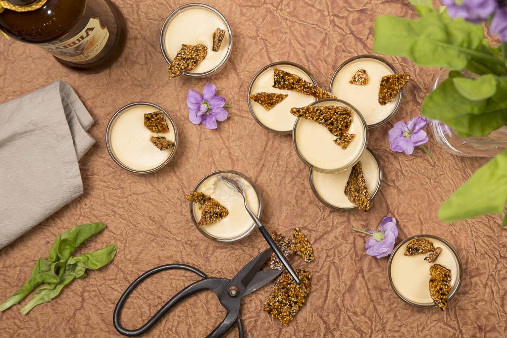 Pannacotta med salt sesamkrokant  Foto: Michael Krantz Recept: Kristin Johansson