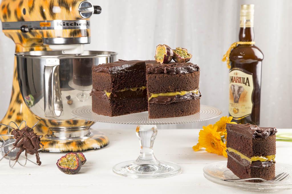 Choklad- & tryffeltårta med passionscurd Foto: Michael Krantz Recept: Malin Jarnetug