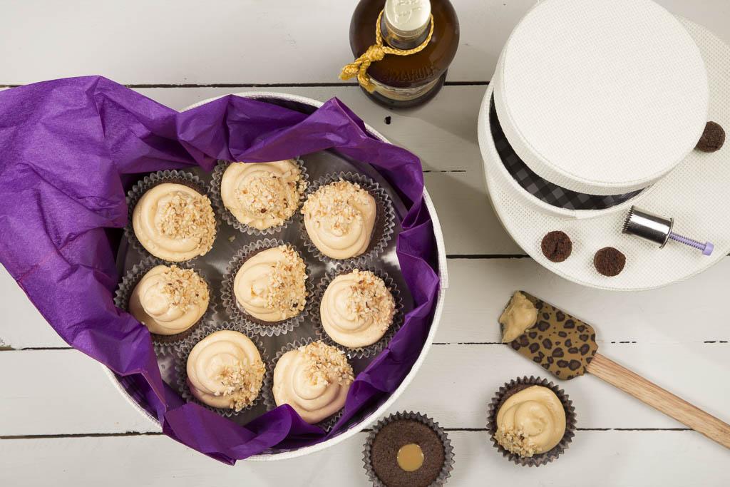 Chokladcupcakes med amarulatopping Foto: Michael Krantz Recept: Kristin Johansson