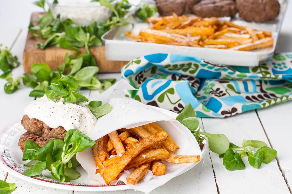 Kålrotstrips, viltfärsbiffar & pepparrotsås