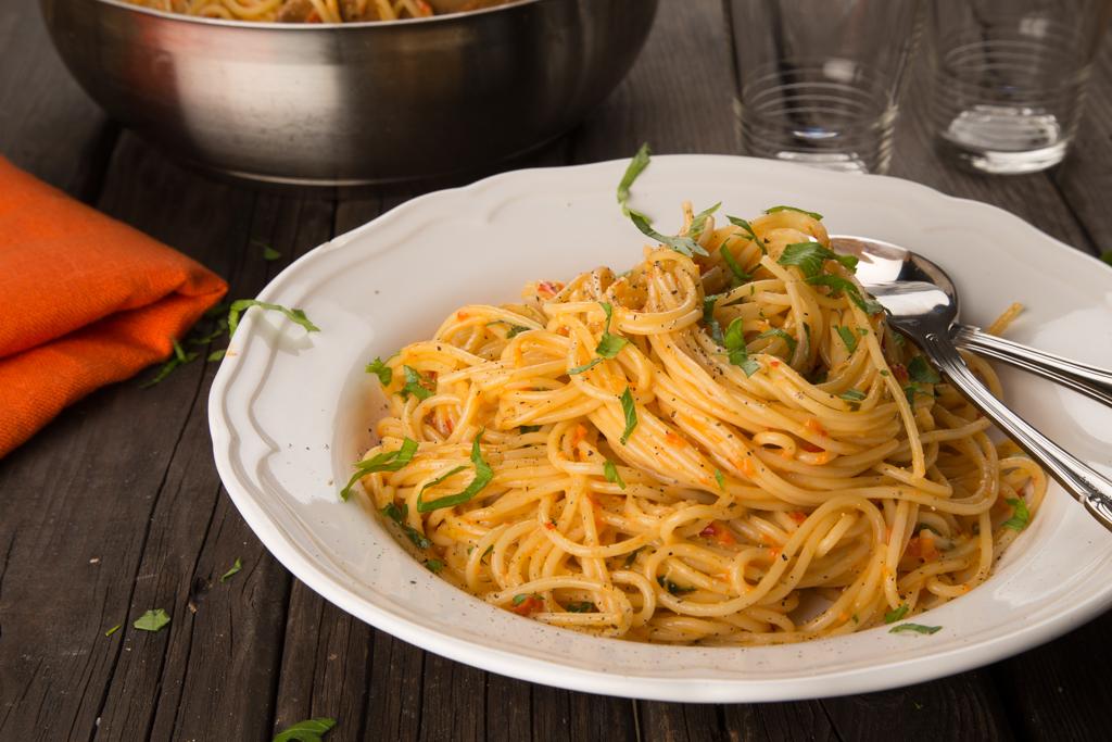 Spagetti med paprika och rostade solrosfrön Foto: Michael Krantz Recept: Kristin Johansson