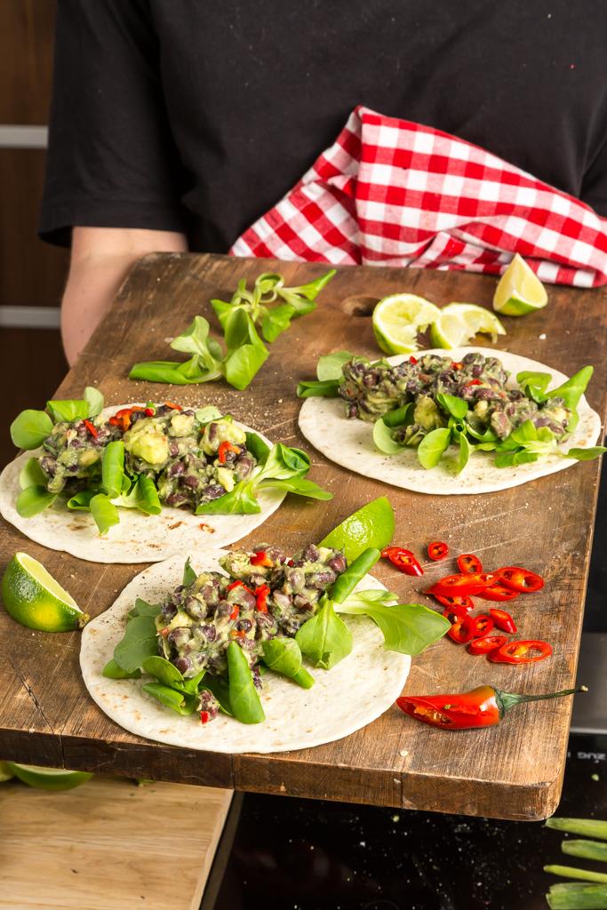 Veggotaco med bönor, avokado, lime & koriander