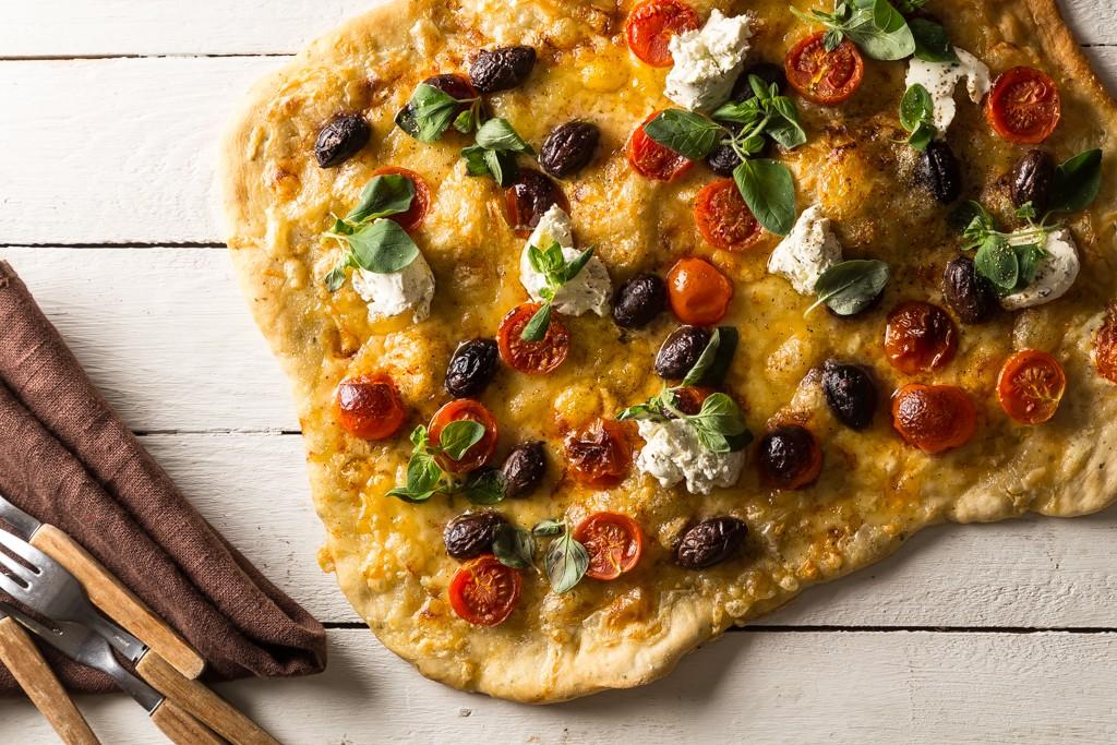 Pizza med tomater, oliver & färskost Foto: Michael Krantz Recept: Kristin Johansson