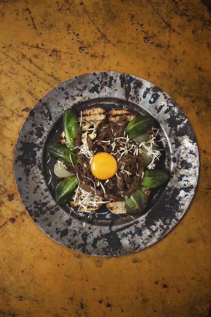 Dragen älg med äggula, pepparrot och saltgurka.Från skott till stek Foto: Charlie Bennet