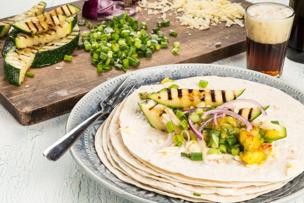 Tortilla med grillad squash & mangosalsa Recept: Kristin Johansson Foto: Michael Krantz