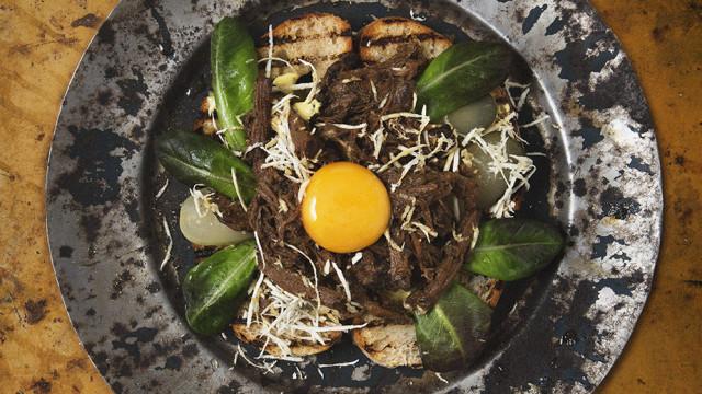 Dragen älg med pepparrot, äggula & saltgurka