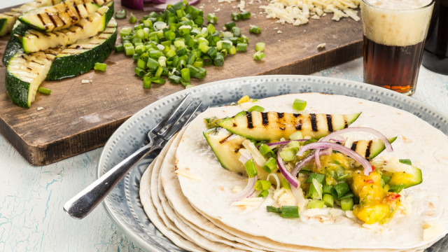 Tortilla med grillad squash & mangosalsa Recept:Kristin Johansson Foto: Michael Krantz