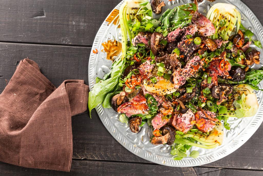 BBQ fläsklägg med pak choi Foto: Michael Krantz Recept: Kristin Johansson