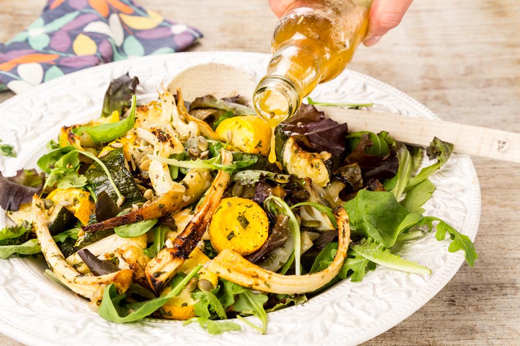 Sallad på ugnsrostade grönsaker med buljongdressing