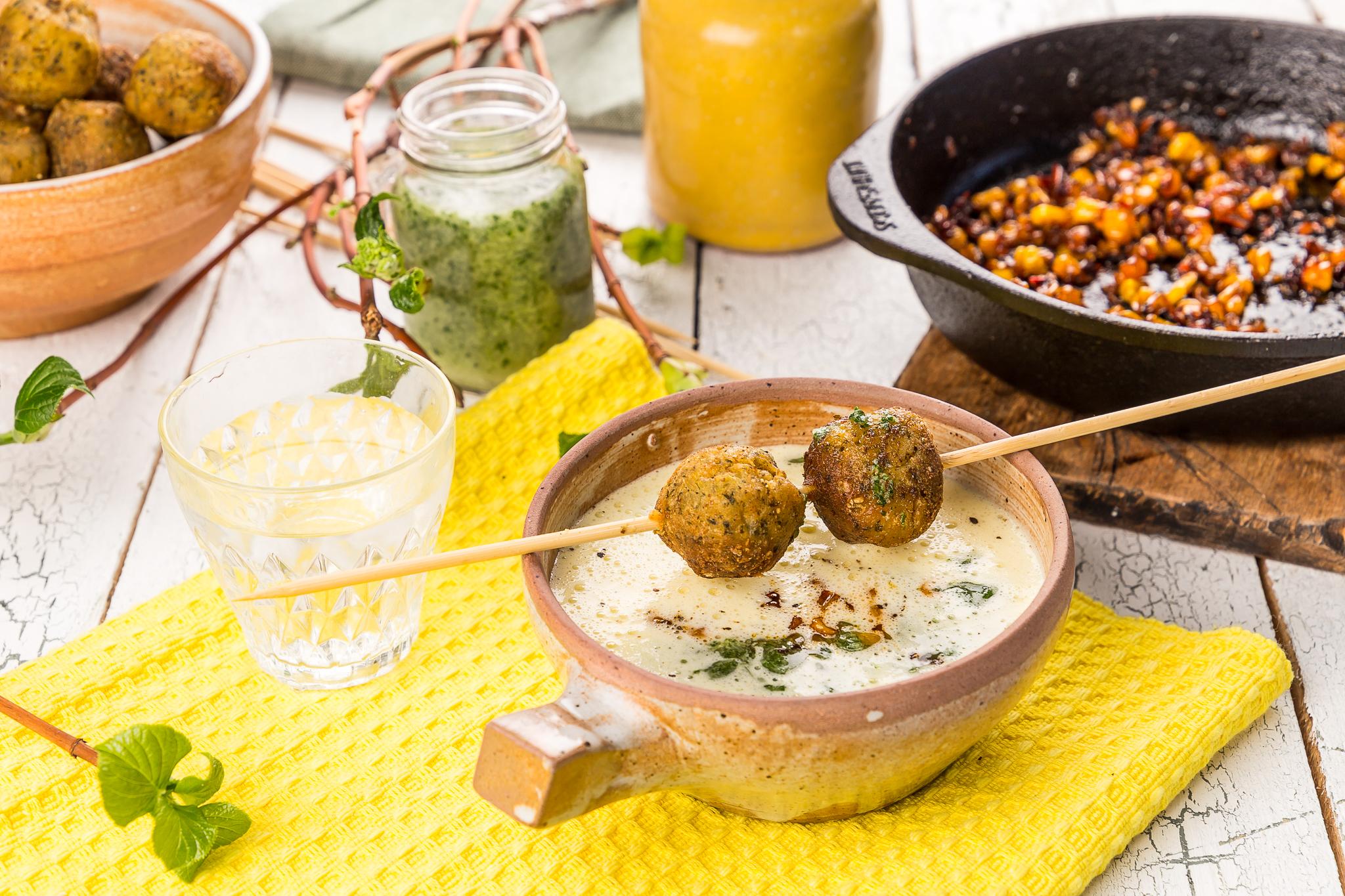 Majssoppa med örtolja, honungsrostad majs & falafel – Fantastiska frys