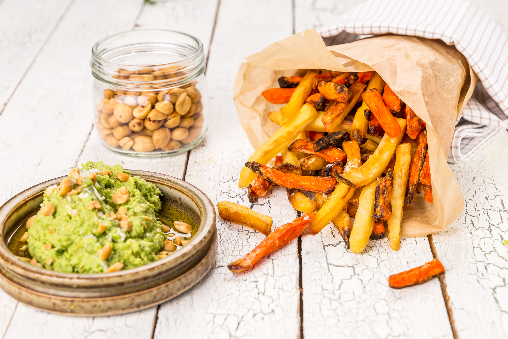 Rotfruktsstrips med hummus på ärtor & jordnötter – smart mat från frysen!