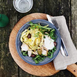 Kycklingpasta med fetakräm & oliver